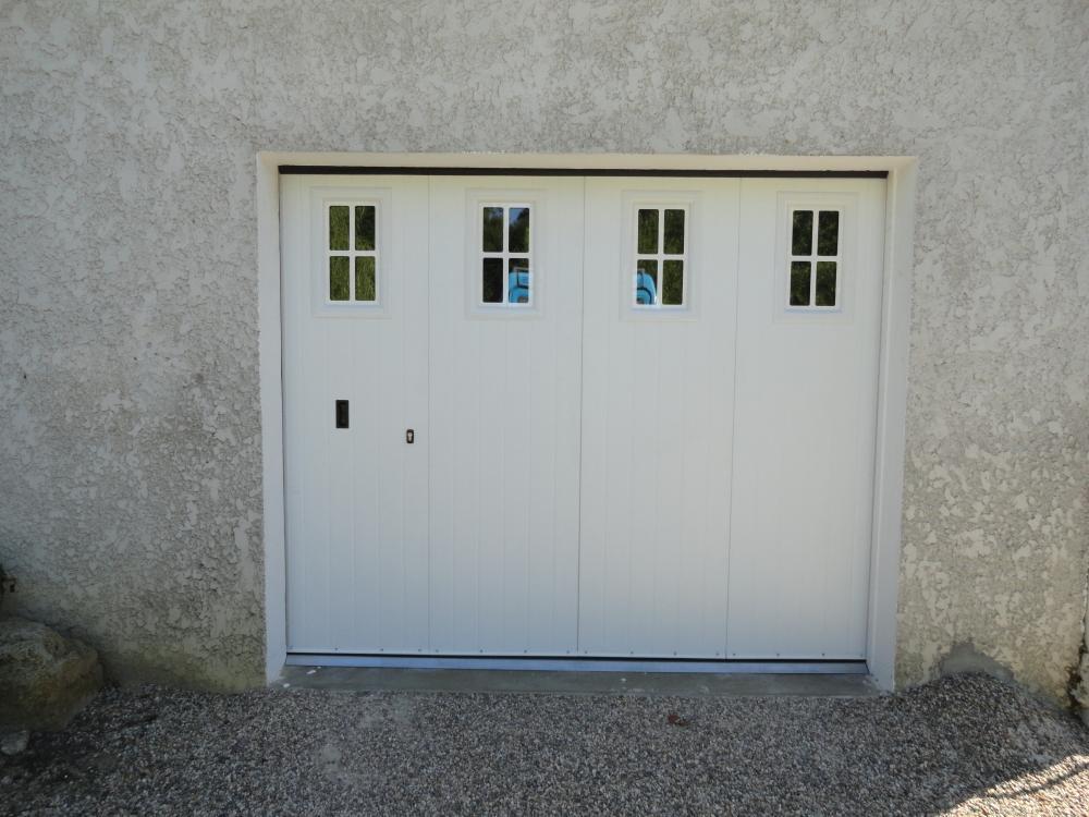 Porte de garage métallique avec hublots